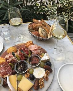 Italian aperitif - what is this?🍹 Usually, Italians have another type of meal before their dinner which is called aperitif and the tradition is originally from Milan and its suburbs. Food Platters, Aesthetic Food, Snacks, Food Inspiration, Fashion Inspiration, Love Food, Foodies, Food Photography, Food Porn