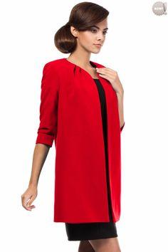 Prosty, czerwony, nietaliowany żakiet na podszewce, bez zapięcia. #żakiet #elegancki #czerwony #kobieta #moda #trendy
