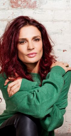 Danielle Cormack is Queen Bea in Wentworth. Maybe I'm wrong but she has a Julia Roberts look about her..
