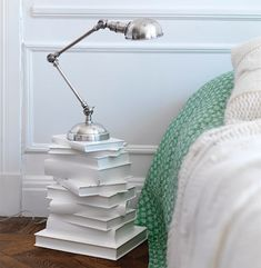 Creative ways to reuse and recycle old books - decoration house DiyCreative ways to reuse and recycle old books cork crafts lamp furniture wall design Best of recycling - 75 upcycling ideas that Diy Casa, Stack Of Books, Diy With Books, Books As Decor, Diy Old Books, Old Book Crafts, Reuse Recycle, Diy Furniture, Recycled Furniture