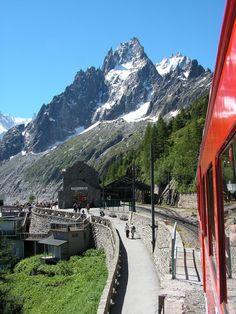 Train du Montenvers en direction de la Mer de Glace - Chamonix © Savoie Mont Blanc / Raïh