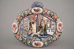Een polychrome Delfts aardewerken ovale plaquette met chinoiserie, ca. 1800 - Rob Michiels Auctions