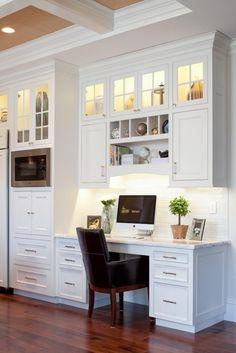 Área de Trabajo de la cocina / Escritorio con ranuras de Correo incorporadas y vitrinas.
