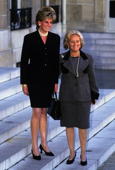 Diana, princesse et icône mode.  Septembre 1995. Lors de sa visite à l'exposition Cézanne, au Grand Palais, Bernadette Chirac lui fait un cadeau qui restera dans les mémoires de la mode : le premier Lady Dior, sac devenu iconique et toujours best-seller.