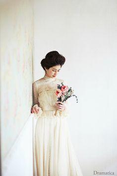 そんなドレスに合わせるのは、レトロなヘアスタイルがお似合い。ウェディングフォト一枚とっても、雰囲気たっぷりに仕上がります。