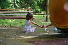 Garota brincando no parquinho.