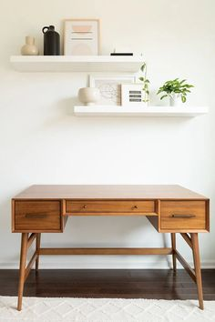 Review of the West Elm Mid Century Modern Desk in Acorn, pros and cons and is it worth it Walk In Closet Ikea, Ikea Pax Closet, Ikea Closet Organizer, Closet Small, Master Closet, Modern Minimalist Living Room, Minimalist Desk, Minimal Living, West Elm Mid Century