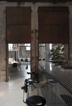 Carlo e Camilla en Segheria, se ha convertido en el restaurante imprescindible de Milán, visítalo junto a Eric Vökel.
