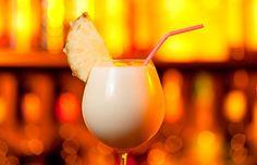 Drinks com vodka: pina colada Pink Cocktails, Cocktail Drinks, Cocktail Recipes, Popular Cocktails, Drinks Com Vodka, Vodka Martini, Summer Drinks, Alcoholic Drink Recipes, Vodka Drinks