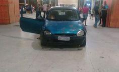 Carro invade terminal em Cariacica e motorista tenta fugir