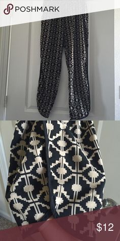 ⚡️⚡️FLASH SALE⚡️⚡️Forever21 black and Tan pants! Black and Tan light weight pants from Forever21! These pants are super comfy with pockets and cool Aztec print. Forever 21 Pants Ankle & Cropped