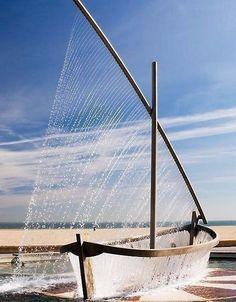Чудесный фонтан в виде лодки, Валенсия, Испания