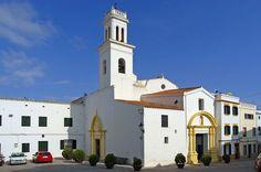 Ferreries tiene un paisaje de relieves, con playas vírgenes al norte y al sur de Menorca al que nos dirigimos desde el aeropuerto con nuestras motos de alquiler