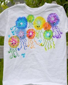 DIY Colorful Jellyfish Shirt is part of Sharpie crafts - Sharpie Shirts, Sharpie Tie Dye, Sharpie Crafts, Sharpie Art, Sharpies, Sharpie Markers, How To Tie Dye, How To Dye Fabric, Tie Dye Crafts
