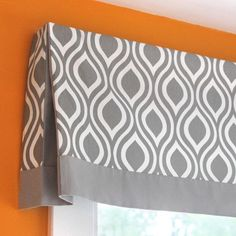 DIY house: DIY No Sew Valance Tutorial with pleated corner Kitchen Window Valances, Window Cornices, Kitchen Curtains, Window Coverings, Valences For Windows, Bathroom Valance Ideas, Window Blinds, Kitchen Windows, Farmhouse Curtains