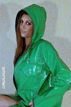 C'est Klaire Copyrigth : Cirologie.com/Pinterest Green Raincoat, Pvc Raincoat, Raincoat Jacket, Green Coat, Girls Wear, Women Wear, Rainy Day Fashion, Rain Gear, Latex Fashion