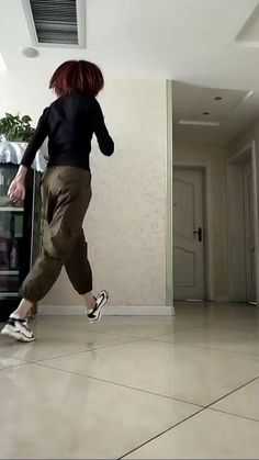 Cool Dance Moves, Dance Tips, Lets Dance, Dance Choreography Videos, Dance Music Videos, How To Shuffle Dance, Dance Motivation, Wow Video, Funny Video Memes