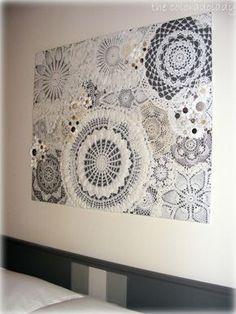 Dunkler Hintergrund/ Holzplatte oder Leinwand und mit Sprühkleber verschiedene Spitzendecken aufkleben