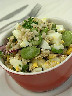 Sałatka z pęczaku z jajkiem i bobem Vegetarian Recipes, Healthy Recipes, Tzatziki, How To Eat Less, Cobb Salad, Potato Salad, Healthy Eating, Healthy Food, Salads