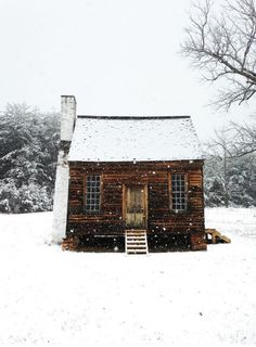 Historic cabin in Appomattox, Virginia.Yep I could be happy in a cabin. Little Cabin, Little Houses, Tiny Houses, Cob Houses, Dream Houses, Ideas De Cabina, Cabin In The Woods, Snowy Woods, Cozy Cabin