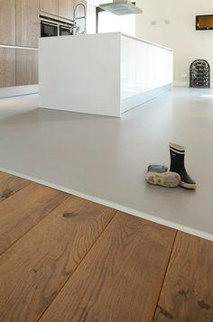 Houten vloer die overgaat in een gietvloer met betonlook #keuken