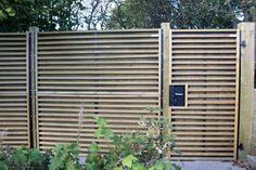 """Vælg mellem låger i 3 størrelser til NoiStop Wood låger """"Elba"""", """"Capri"""", """"Ibiza"""" og """"Madeira"""": Højder - 180/200/225cm Bredde 100 cm Tykkelse: 11 cm Lågerne leveres med tre nøgler til universallåsen. Ekskl. Stolper i Træ/stål Fås i tre farver – grøn, antracit og brun Elba, Ibiza, Garage Doors, Outdoor Structures, Wood, Outdoor Decor, Pregnancy, Capri, Culture"""