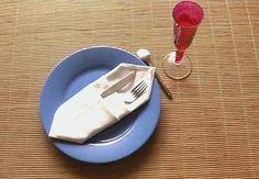 Une pochette pour les couvertsVous voulez créer une décoration de table sobre et pratique?Ce pliage de serviette en forme d'étui à couverta tout pour plaire !Niveau : facile
