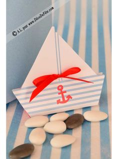 Ces boites à dragées en forme de bateau seront parfaites pour un baptême.
