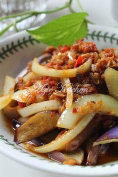 Terung Goreng Berlada Sedap Malaysian Cuisine, Malaysian Food, Malaysian Recipes, Spicy Eggplant, Eggplant Recipes, Vegetable Side Dishes, Vegetable Recipes, Asian Recipes, Healthy Recipes