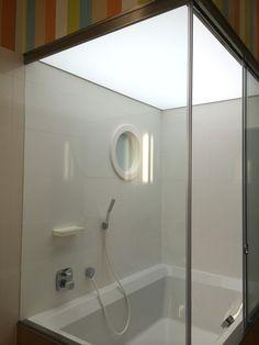 Fürdőszobai lámpa kád felett feszített fóliával