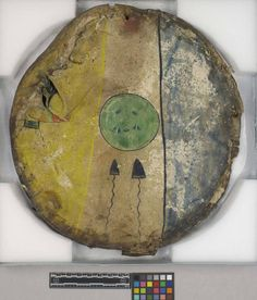 Щит, предположительно Команчи. Возможно принадлежал  вождю Команчей Abbaconic. Уошита, Оклахома. Получен а 1895 году.  Из коллекции бригадного генерала James D. Glennan. NMNH.