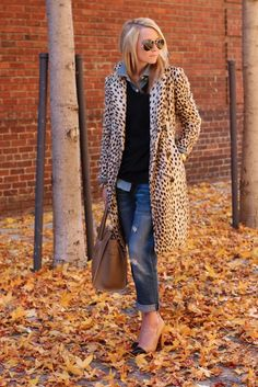 Take a look at 31 trendy leopard coat outfits that are actually easy to copy in the photos below and get ideas for your own outfits. Animal print coat with chambray shirt, jeans and LV envelope handbag. Looks Style, Style Me, Look Fashion, Womens Fashion, Fall Fashion, Fashion Styles, Fashion Models, Fashion Beauty, Fashion Design