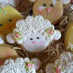 #love #lamb #sugarcookies #decoratedcookies Farm Cookies, Iced Cookies, Cute Cookies, Easter Cookies, Royal Icing Cookies, Cupcake Cookies, Cupcakes, Summer Cookies, Cookie Decorating