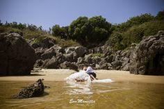 Novios en la arena. Playa de Cuberris. Ajo, Cantabria. ©Eva Mansilla Fotografia