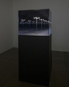 L'artiste québécois Guillaume Lachapelle utilise des jeux de miroirs pour réaliser des maquettes imprimées en 3D de paysages urbains familiers qui ont l'air infinis malgré leur échelle réduite jusqu'à former des motifs abstraits.