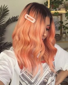 ARCTIC FOX HAIR COLOR After many attempts of getting the right peach hair color, I think I finally got it🍑🍑 New video: How to get my peach hair color link in my bio. Hair color: porange and electric paradise Peach Hair Dye, Pink And Orange Hair, Peach Hair Colors, Fox Hair Dye, Dyed Hair, Pastel Hair, Pink Hair, Color Durazno, Arctic Fox Hair Color