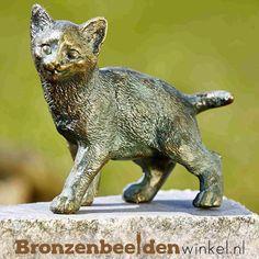 Beeld kat van brons. #kattenbeeld #beeld kat #bronzen kat #beeld poes #tuinbeeld kat Garden Sculpture, Lion Sculpture, Owl, Statue, Bird, Outdoor Decor, Animals, Animales, Animaux