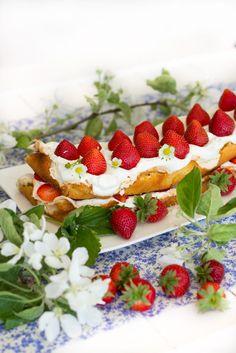 Marenkikakku - Sweet Food O´Mine. Kukapa ei rakastaisi mansikoita, kermavaahtoa ja marenkia. Tässä kesäisessä kakussa ne yhdistyvät ihanalla ja helposti lusikoitavalla tavalla. Taivaallista, kevyttä ja tietysti niin hyvää. Mansikat, kermavaahto ja marenki on mitä vastustamattomin yhdistelmä. Yhdistelmä joka kuuluu kesäkakkuun. Marenkikakku on nimensä mukaisesti ihanan marenkimainen ja kesäinen täytekakku. Naked cake tyylinen ronskin rustiikkinen kakku on kesäpöydän itseoikeutettu kuningatar.