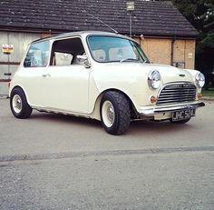 Austin Morris mini 1000 white 1971. Black roof @minisportltd @_minivation @clennard @animiniac @Wheeler_Dealers pic.twitter.com/lNY6T7cwBs