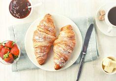 """França - O café da manhã """"à la française"""" é conhecido pela qualidade dos alimentos que são servidos à mesa. Um cafezinho, acompanhado de um saboroso brioche já bastam para o francês começar bem o dia. Os croissants também: amanteigados, simples, com queijo ou recheados com creme, amêndoas ou chocolate, eles são irresistíveis e um dos maiores símbolos da culinária francesa."""