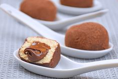 I tartufini al tiramisù con cuore di Nutella sono dei dolcetti semplici e veloci da preparare che si ispirano al classico tiramisù. Ecco la ricetta