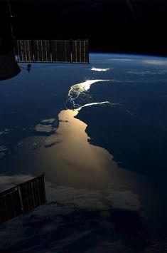 Il tramonto sul Rio de la Plata in Sudamerica, in una foto scattata dall'astronauta Karen Nyberg a bordo della Stazione Spaziale Internazionale.