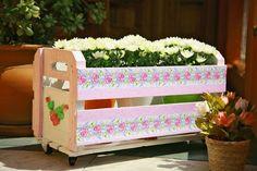 Caixote de feira reciclado, com pintura e rodinhas. Um pouco de decoração e voilà! Lindo!