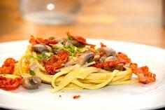 Lækker opskrift på pasta med champignonsauce og sprødstegt bacon, der er en pastaret, som du kan lave på meget kort tid. Til pasta med champignonsauce til fire personer skal du bruge: 8 skiver baco…