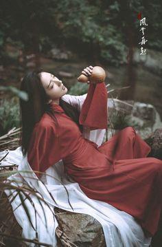Trà và rượu đều là nước cả, một loại làm ta tỉnh táo, một loại làm ta nghiên ngả. Tình, cũng có hai loại... Một loại bình thản, một loại thương tâm liệt phế... Hanfu, Cheongsam, Traditional Fashion, Traditional Outfits, Geisha, Ancient Beauty, Warrior Girl, China Girl, Chinese Clothing