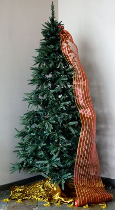 christmas tree decorating with mesh ribbon . Outlet: Quick Christmas Tree Decorating with Tinsel Ties and Deco Mesh Noel Christmas, Christmas Projects, Winter Christmas, Christmas Tree Decorations, Christmas Wreaths, Christmas Tree With Mesh, Xmas Trees, Christmas Tree Ribbon Garland, Christmas Mantels