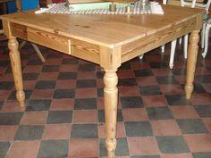 Mesa de pinotea cuadrada. Medida 1.14 x 1.14. Patas torneadas. Terminación pulida, patas torneadas