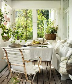 would love a great screened in porch for lazy Sunday brunches at home :)