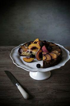 Torta de pêssego, amora e amêndoas