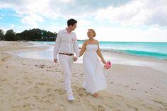 Strandspaziergang nach der Trauung am Strand von Antigua